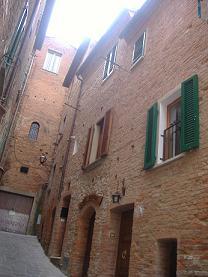 Caratteristico appartamento in affitto ammobiliato nel centro storico di Torrita, a pochi passi da Piazza Matteotti, la piazza del Torrita Blues Festival